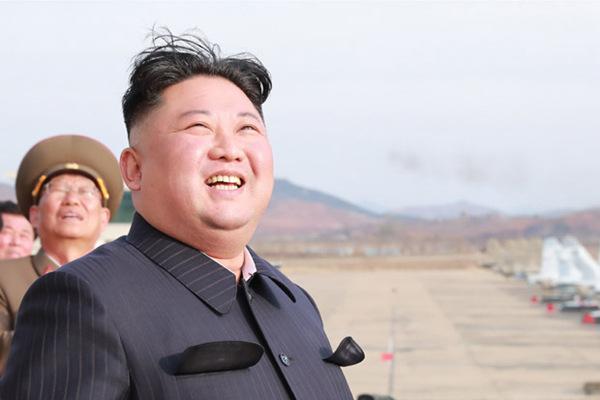 金正恩突击视察空军部队 朝鲜战斗机近景曝光