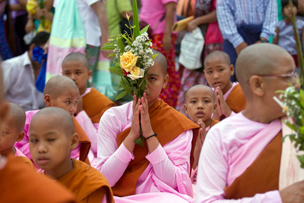 缅甸庆祝传统新年 佛教徒聚集寺庙祈福