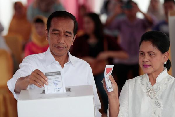 印尼总统佐科偕妻参加大选投票
