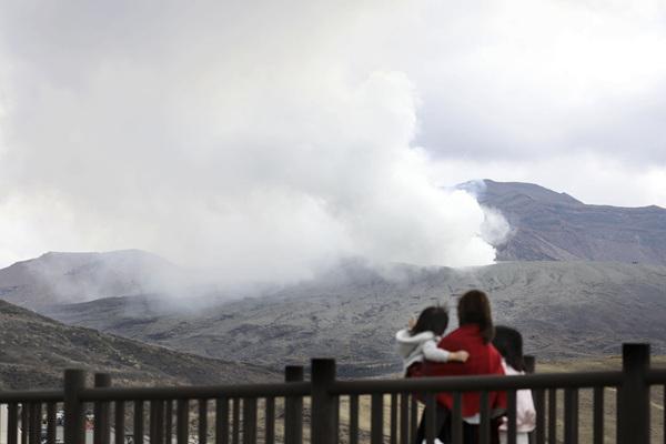 日本熊本县阿苏山火山喷发 游客远眺浓烟四散