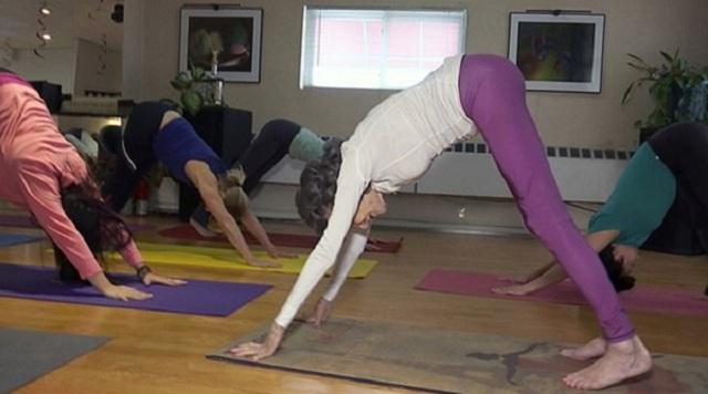 纽约一百岁老太成世界年龄最大瑜伽教练