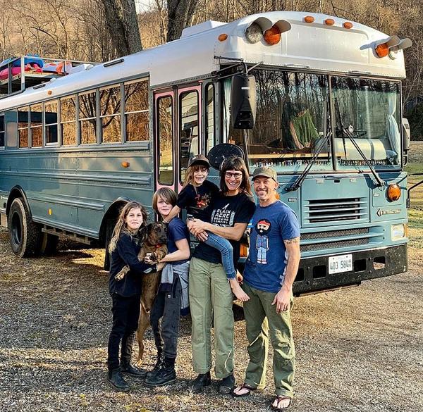 美夫妇举家搬进由旧校车改造房车开启旅行生活