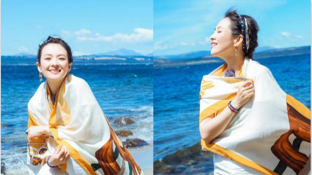 章子怡晒海边美照心情佳 白衣配亮色围巾活力足