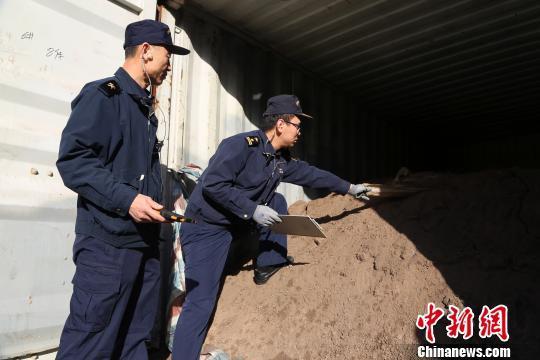 """威海海关重拳禁入""""洋垃圾"""" 千余吨固体废物退运出境"""