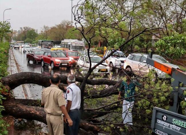 印度多地遭雷暴降雨袭击致31人死 莫迪发推哀悼
