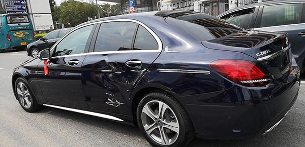 """奔馳4S店銷售""""幫忙駕車""""遇追尾事故,車主要求換新車未果"""