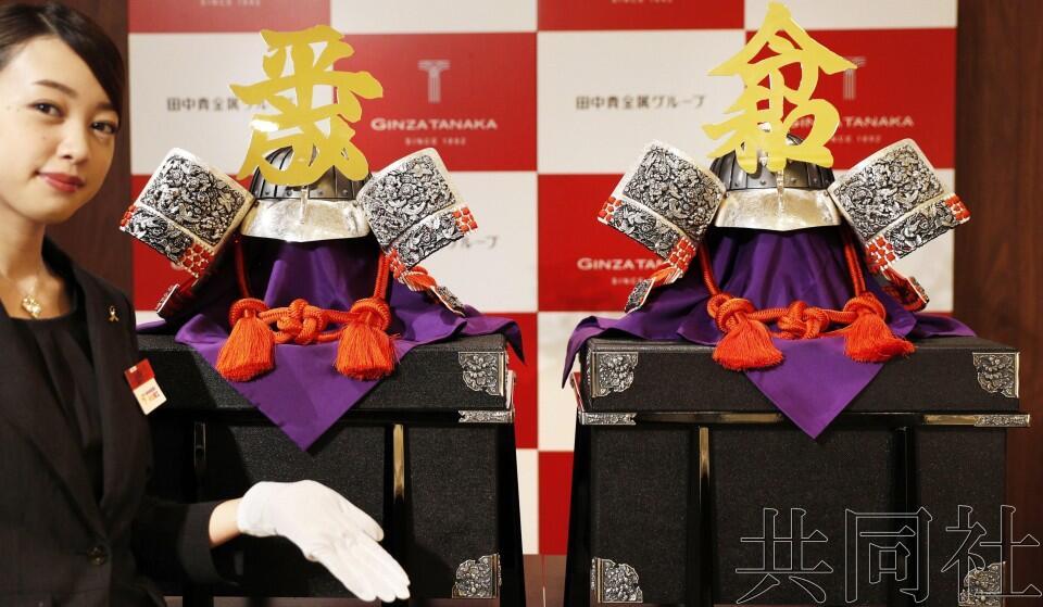 """日本田中贵金属展示""""平成""""与""""令和""""头盔,文字用纯金打造"""