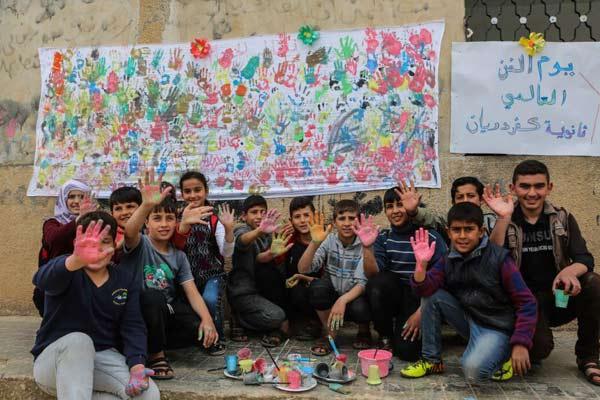 叙利亚村庄举办绘画活动 儿童用画笔描绘五彩世界