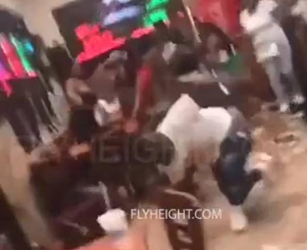 美国一餐馆爆发大规模斗殴 食物和椅子横飞