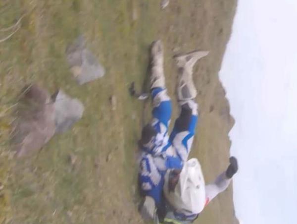 英男子骑摩托车悬崖坠落 摄像头拍下惊险场面