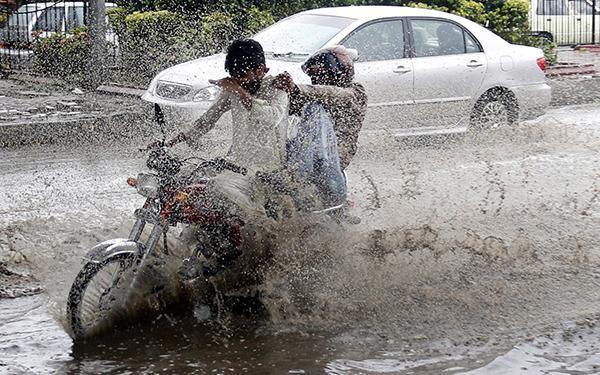 巴基斯坦强降雨造成至少39人死亡,大量房屋建筑及车辆被毁