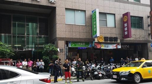 台湾花莲6.7级地震:民众受困电梯 公路落石不断