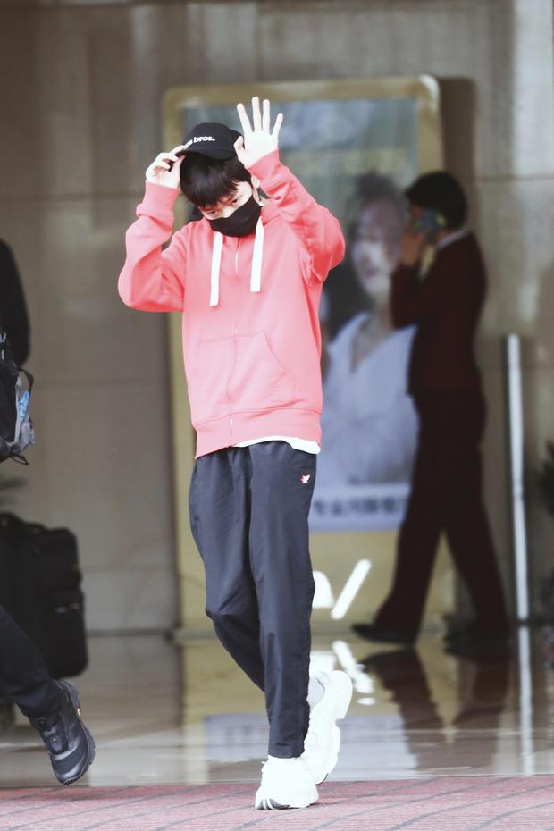 王源粉色卫衣满屏少年感 见镜头摘帽致意挥手问好
