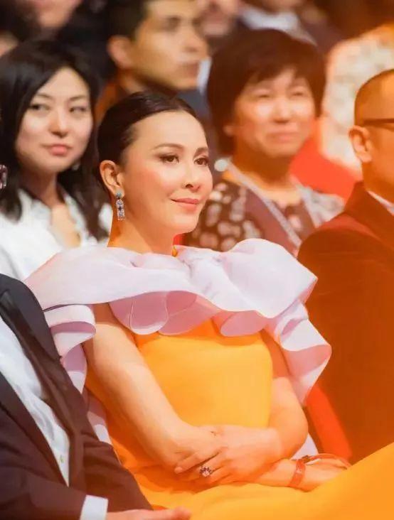 50岁刘嘉玲服装怪异,把自己裹成双黄蛋,杨颖杨紫不近身