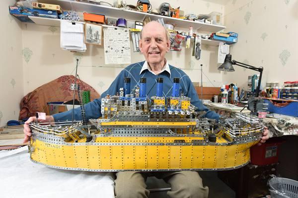 """耗时3年,英国85岁老爷爷参照电影拼了艘""""泰坦尼克"""""""