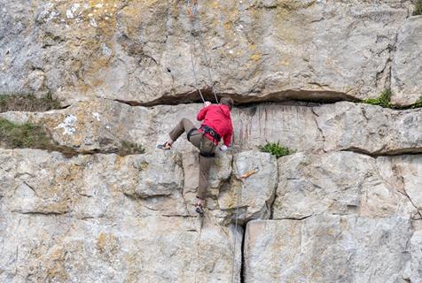 励志!18岁独臂小哥成英国顶级残疾人攀岩选手