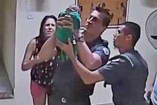 巴西两警察为被噎婴儿做心肺复苏 成功救命