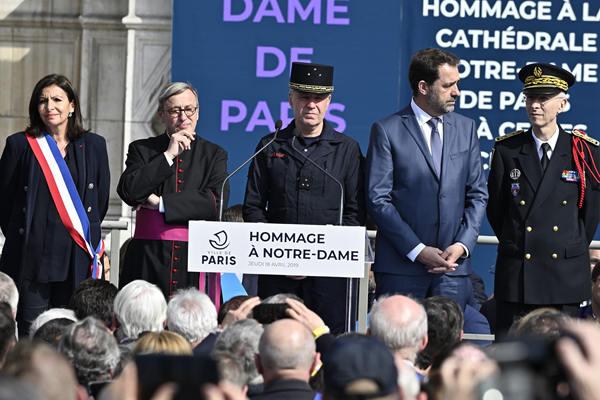 巴黎市政厅致敬圣母院救火消防员 法内政部长出席