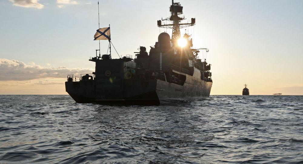 """美军舰带""""小弟""""闯入波罗的海 俄立即派舰监视"""