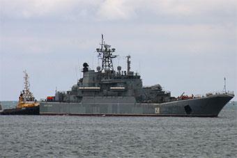 部署克里米亚俄大型登陆舰出海抛锚 被拖船拖回港