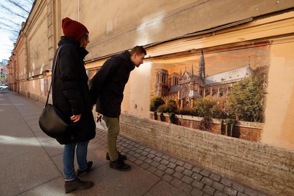 俄圣彼得堡街头现巴黎圣母院壁画 再现昔日壮美风光