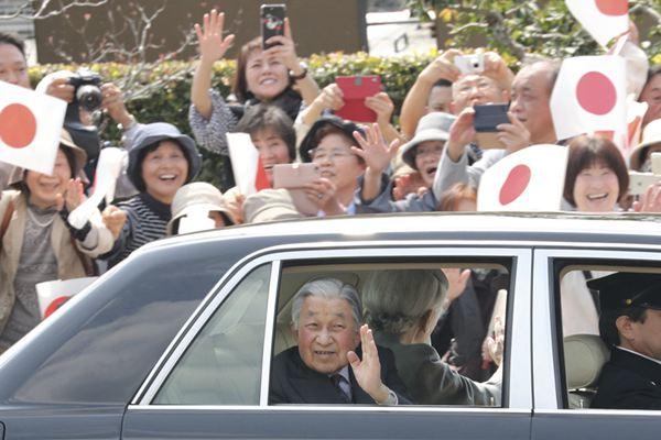 日本明仁天皇夫妇启程回东京 民众夹道欢送
