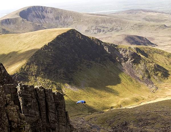 壮美!无人机拍摄男子从762米高山顶跳伞过程