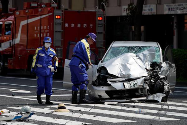 东京市中心一辆汽车与垃圾回收车相撞 已致2死10伤