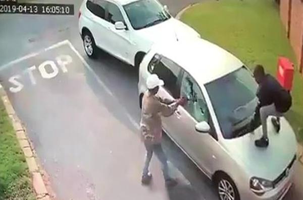 暴行!南非匪徒开枪打碎车窗玻璃劫走女子车辆