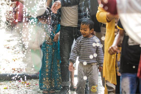 尼泊尔庆祝传统节日 民众排队圣浴净化身心
