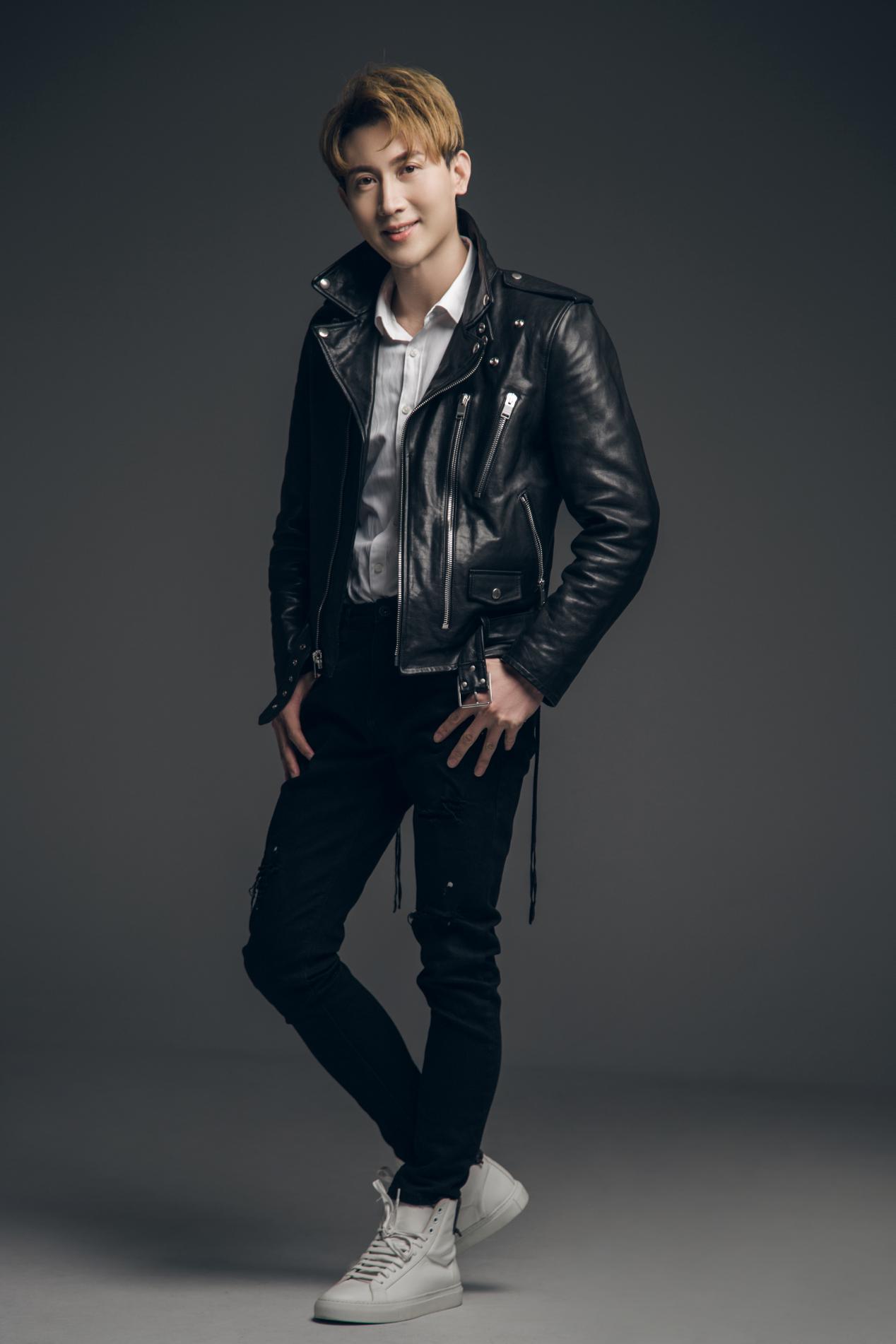 王龙华黑色夹克写真大年夜片曝光 轻奢酷男范儿开启舔屏模式