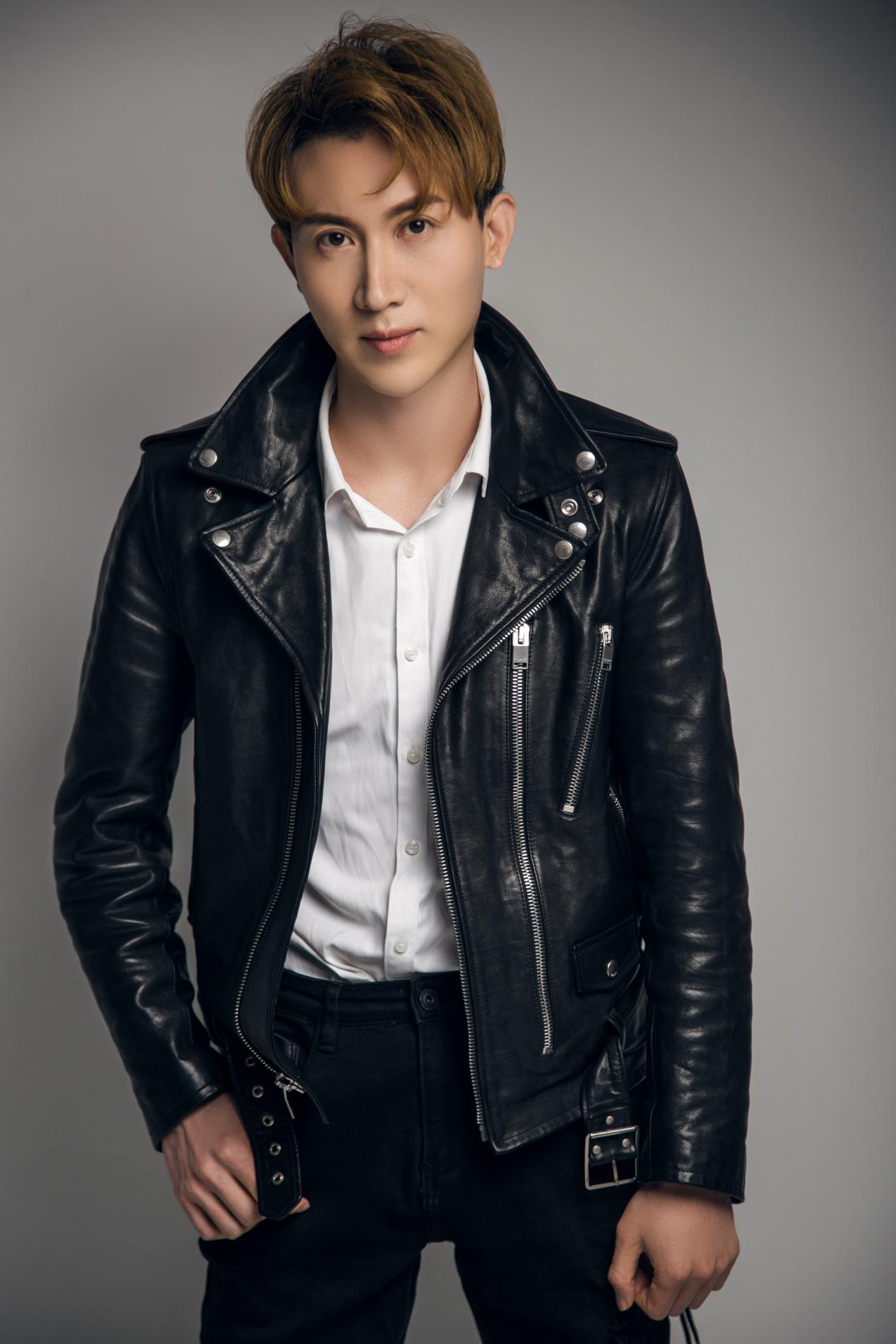 王龙华黑色夹克写真大片曝光 轻奢酷男范儿开启舔屏模式