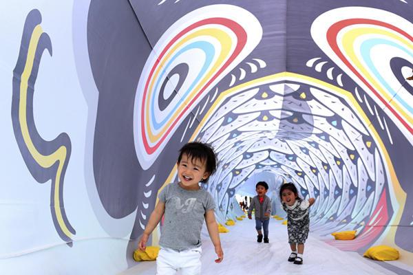 日本东京推出25米长鲤鱼旗隧道 迎接男孩节