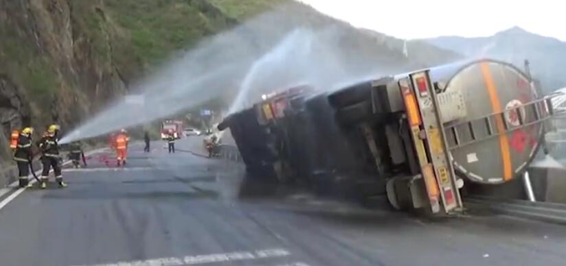 陕西汉中316国道一槽罐车侧翻,32吨高纯度食用酒精泄露