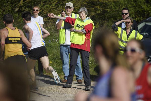 英国首相特雷莎·梅现身复活节趣味跑