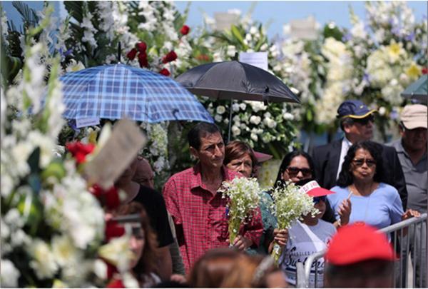 秘鲁全国哀悼第二天,上万人向自杀的前总统加西亚告别