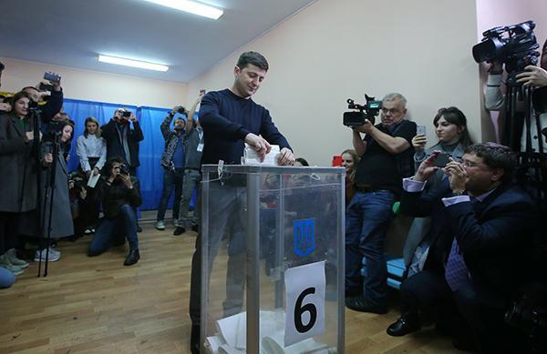 乌克兰大选第二轮将近,民调称喜剧演员泽连斯基有压倒性优势