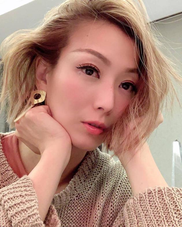 网友曝郑秀文16岁青涩简介图 偶像一栏填许志安