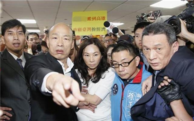 台主持人赞韩国瑜一举动:蓝军将领少见的强悍