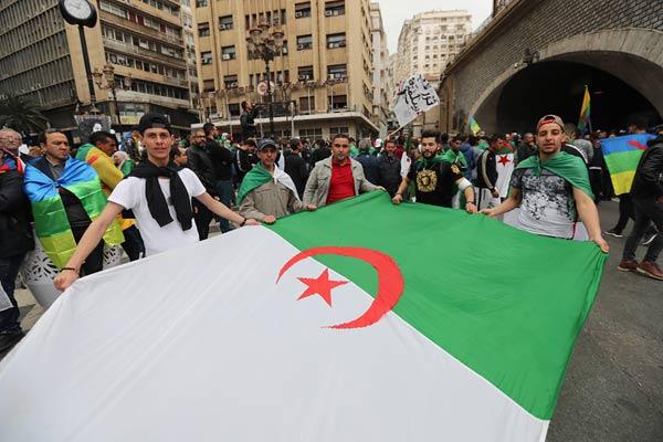 阿尔及利亚再现数十万人上街游行
