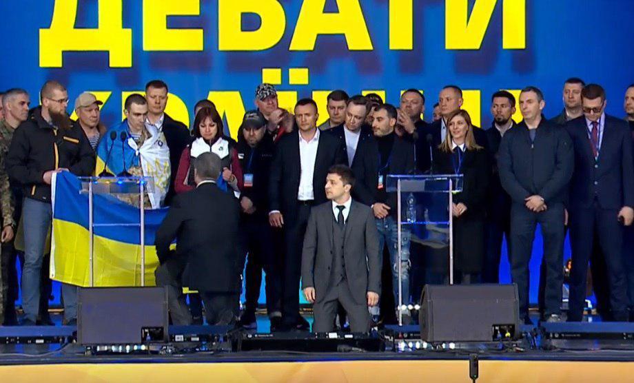 为竞选总统泽连斯基邀波罗申科一同下跪