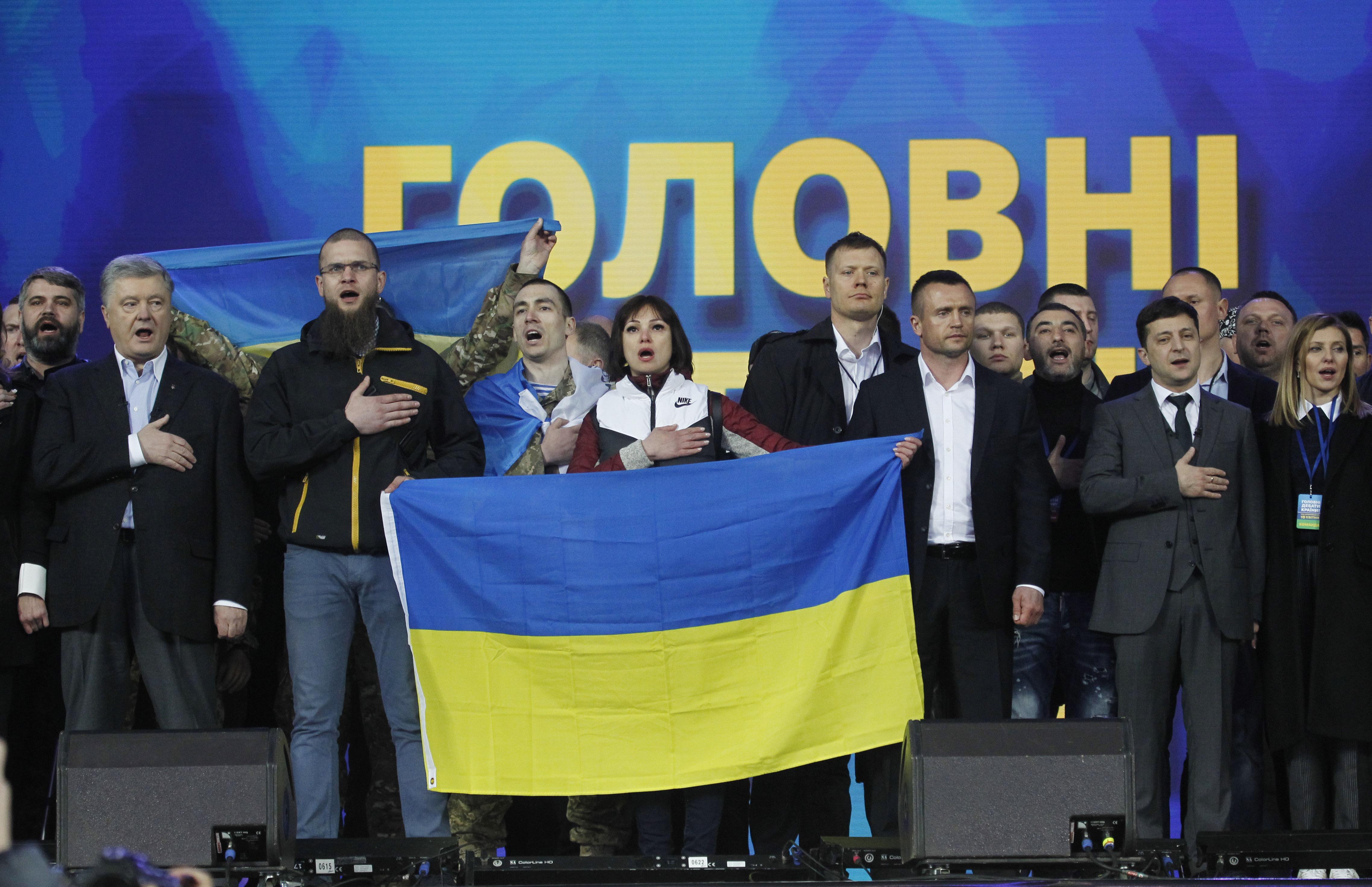 乌克兰大选辩论 泽连斯基邀波罗申科一同下跪