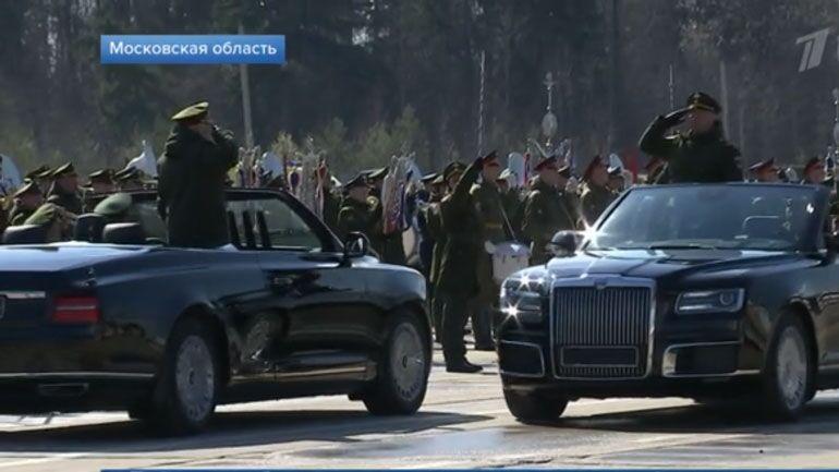 普京专车首次敞篷展示 俄国防部长将乘该车参加红场阅兵