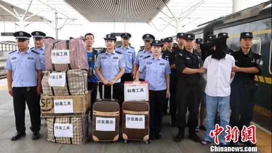 内蒙古警方破获特大贩毒案:缴获毒品胶囊超7万粒