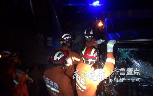 越野车与货车相撞,副驾被困,梁山消防十多分钟救人