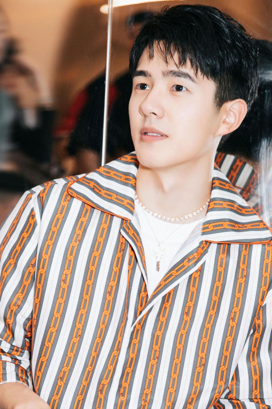 刘昊然条纹套装亮相活力青春 头顶动漫手办