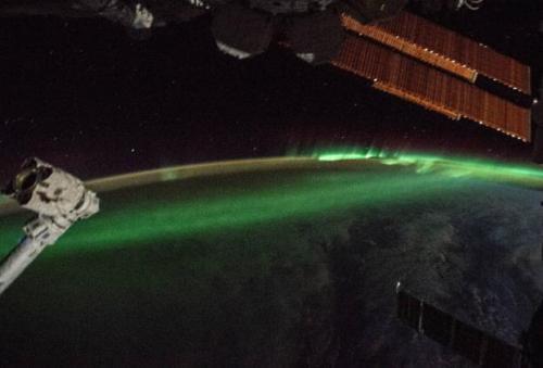宇航员太空拍摄南极光:神秘梦幻如跳动的火焰(图)
