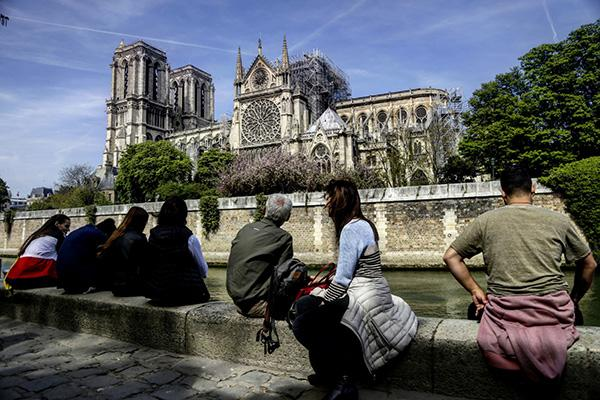 """巴黎圣母院前""""总修复师""""穆栋:失火不可能是电线短路造成的"""