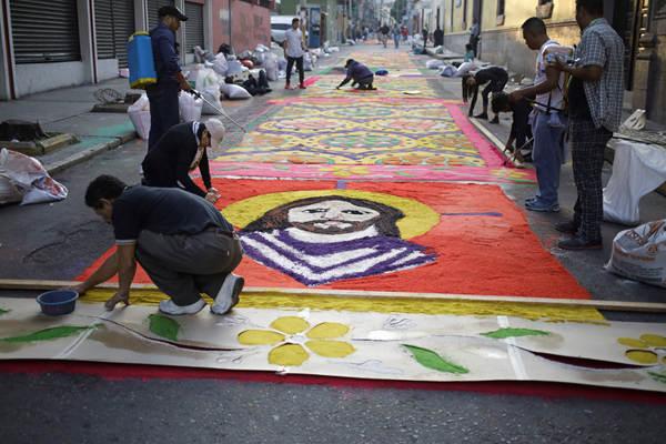 彩色锯末打造700米长巨毯亮相洪都拉斯