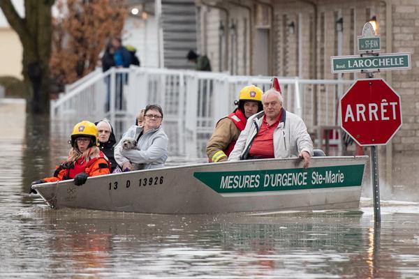 加拿大魁北克遭洪灾 居民坐船疏散